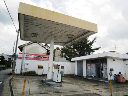 一本足のガソリンスタンド