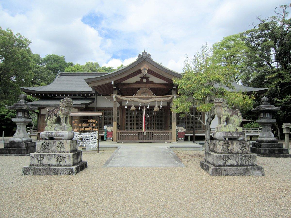 多神社拝殿と狛犬