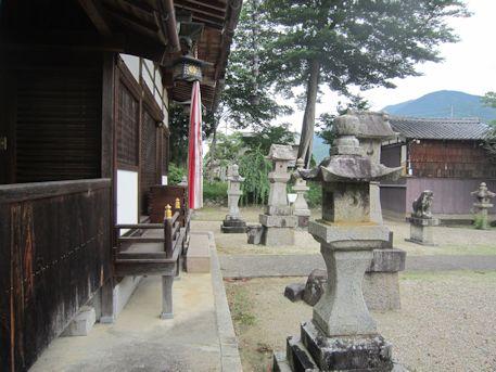 十二柱神社拝殿前