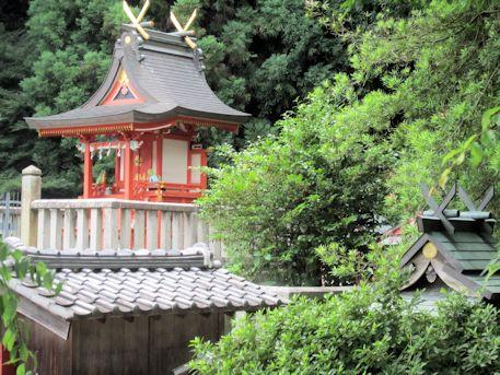 十二柱神社本殿と武烈天皇社
