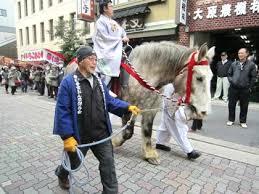 三条通を歩く馬