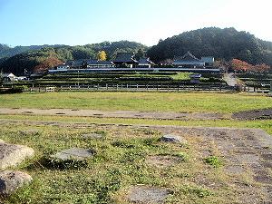 川原寺跡から橘寺を望む写真