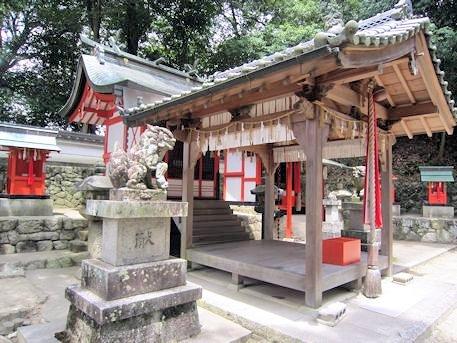 綺原神社拝殿と本殿