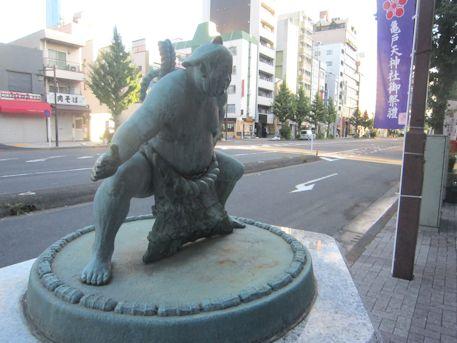 国技館通りの力士像