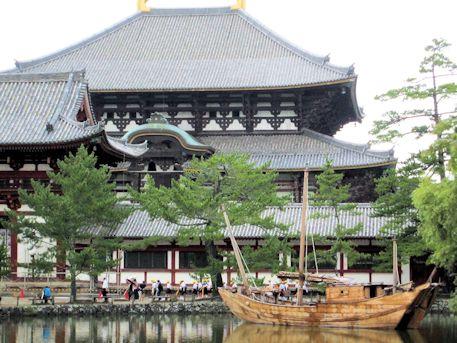 東大寺大仏殿と船