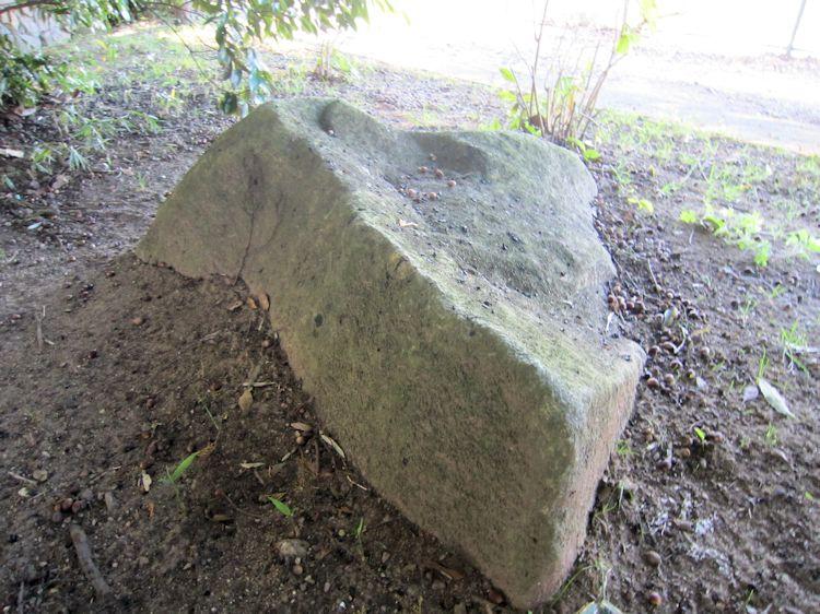 九日社の石