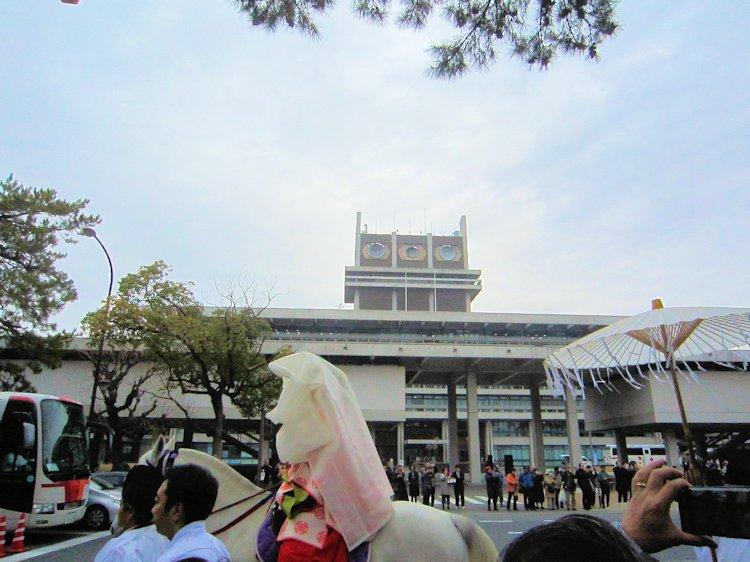 奈良県庁前の渡り神子