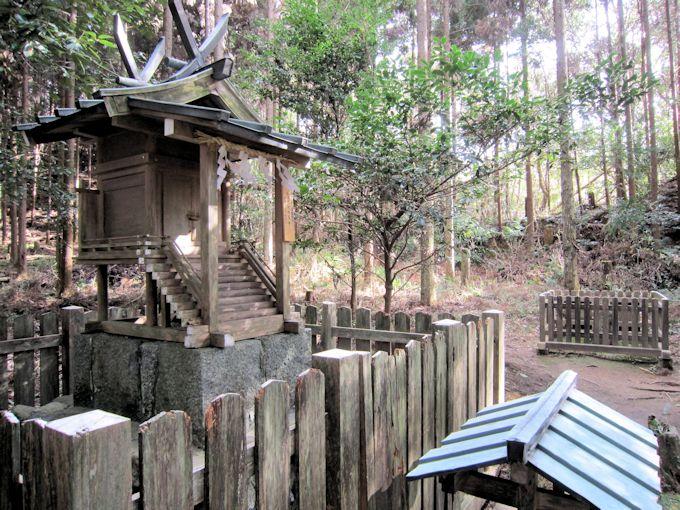 貴船神社社殿と磐座