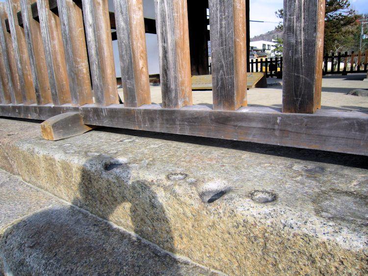 東大寺転害門の盃状穴