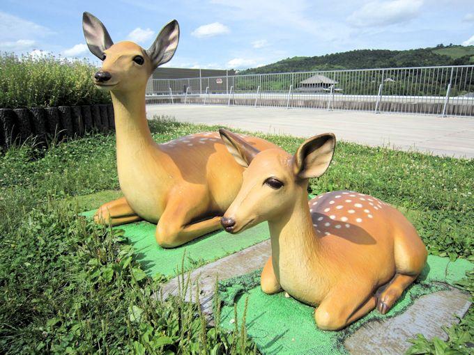 奈良県庁屋上庭園の鹿オブジェ