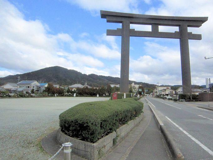 大神神社大鳥居と三輪山