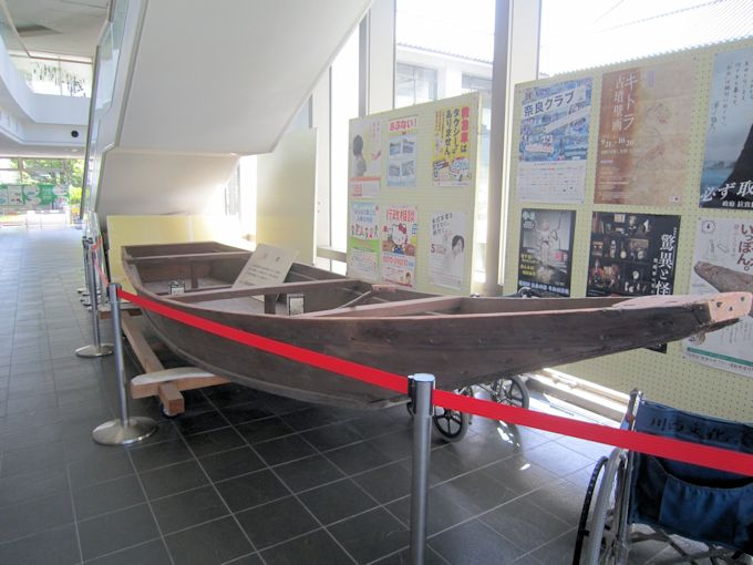 川西町役場の舟