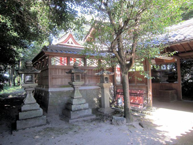 糸井神社拝殿横