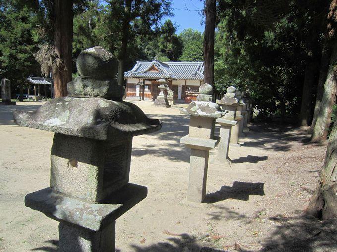 糸井神社石燈籠と拝殿