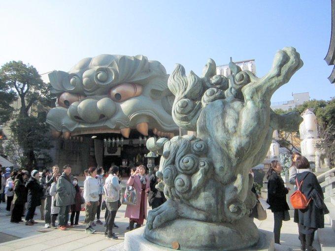 難波八阪神社獅子殿と狛犬