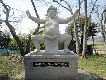 相撲神社の力士像