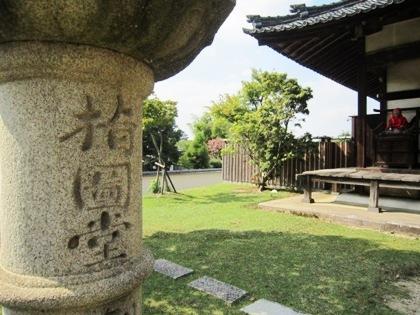 東大寺指図堂の石燈籠
