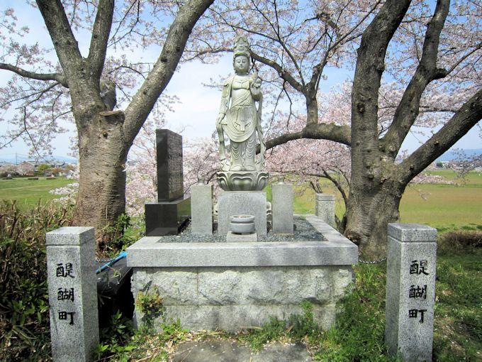 醍醐池の観音像