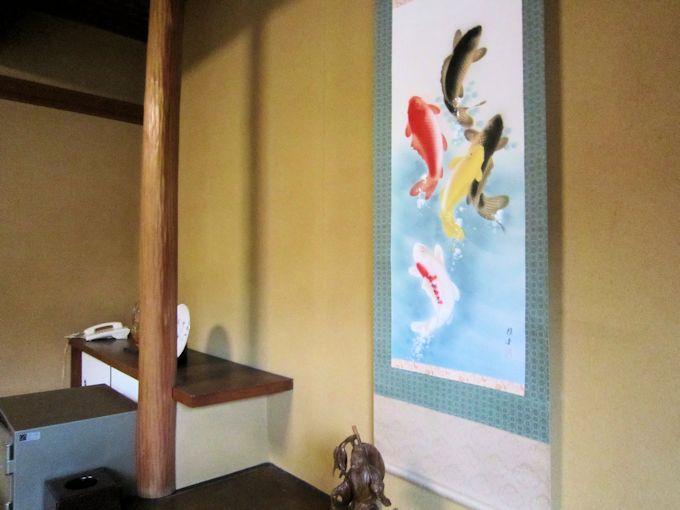 客室の鯉昇り掛軸
