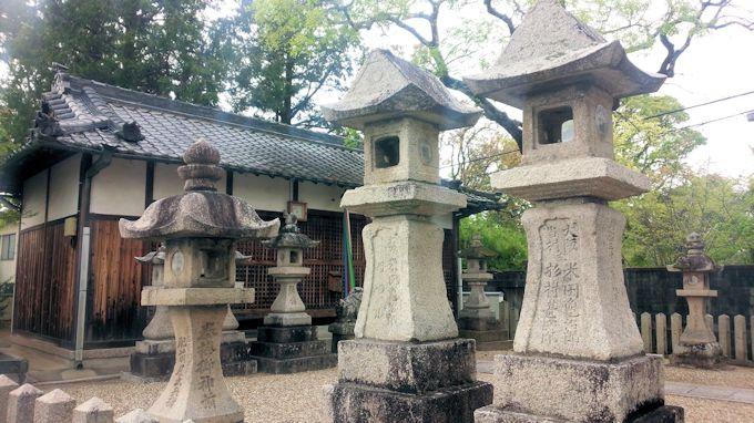 新屋敷坐春日神社の石燈籠