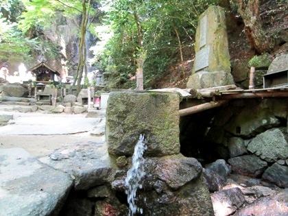 桃尾の滝の御神水