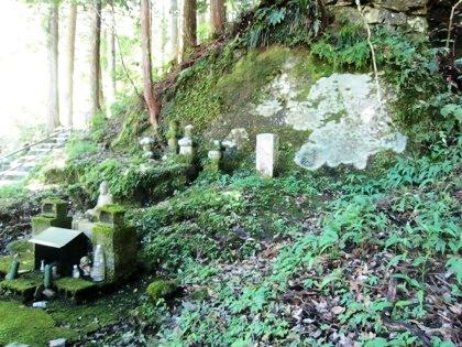 蜻蛉の滝の梵字岩