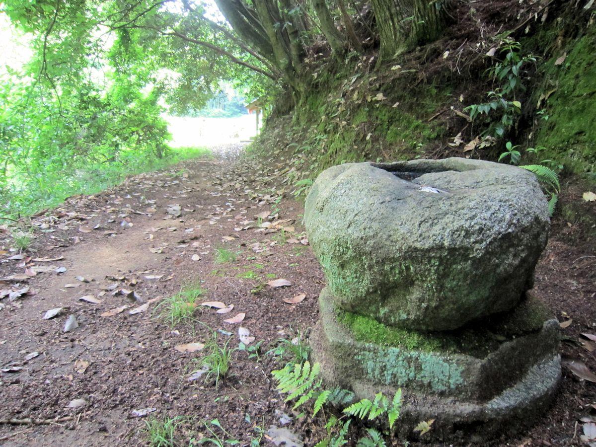 泥掛地蔵・青木廃寺跡の手水石