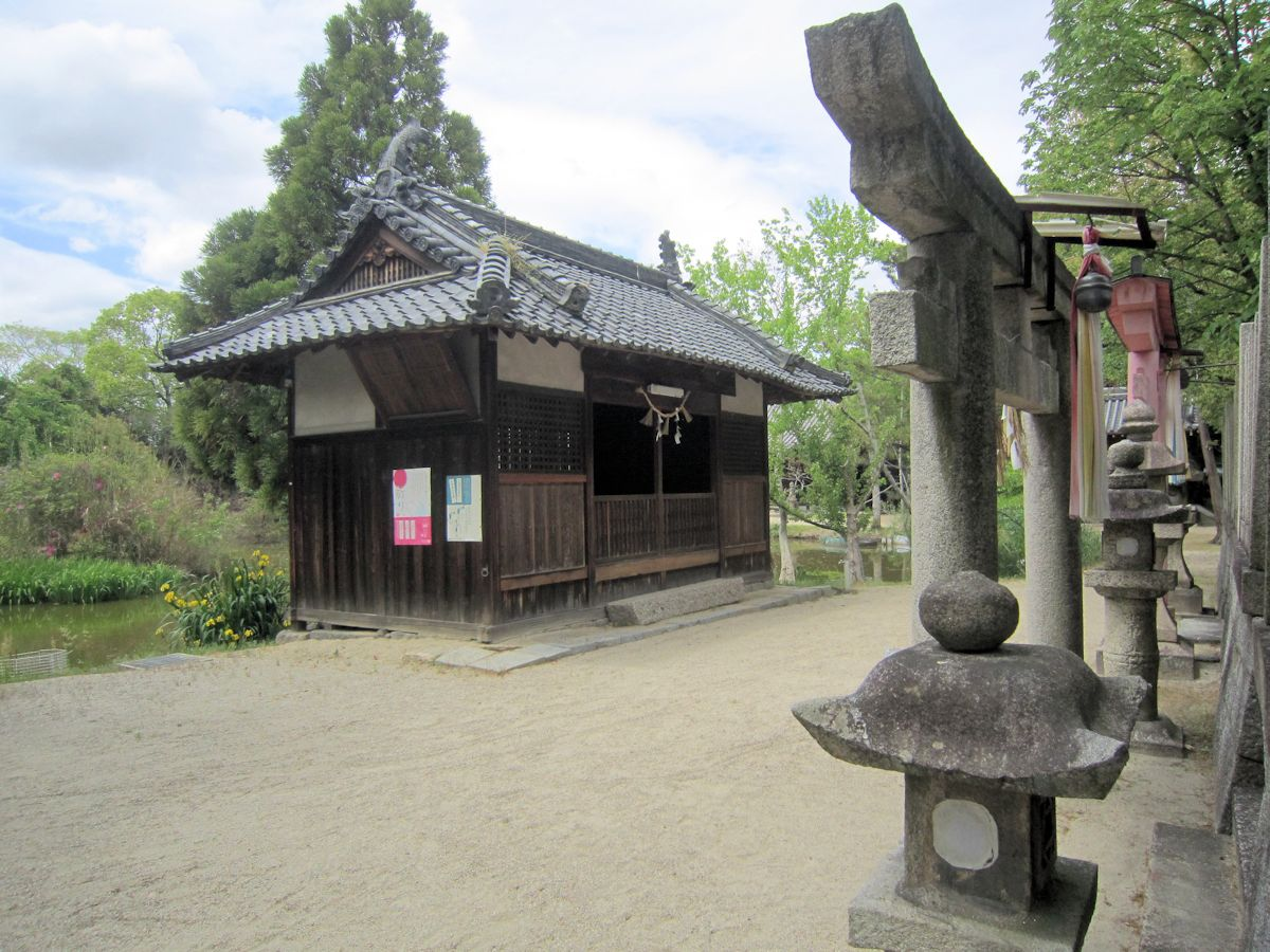 笠縫神社鳥居と絵馬殿