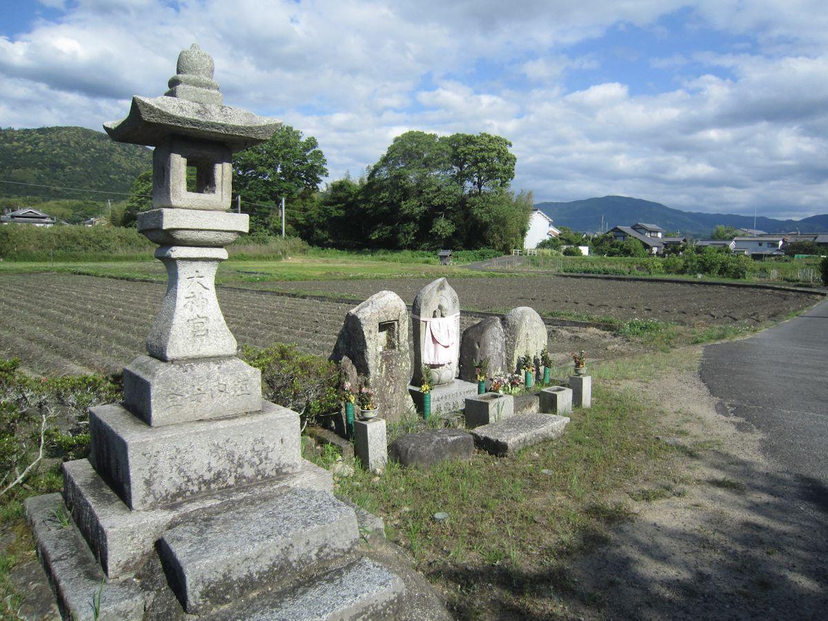 太神宮燈籠と三輪山