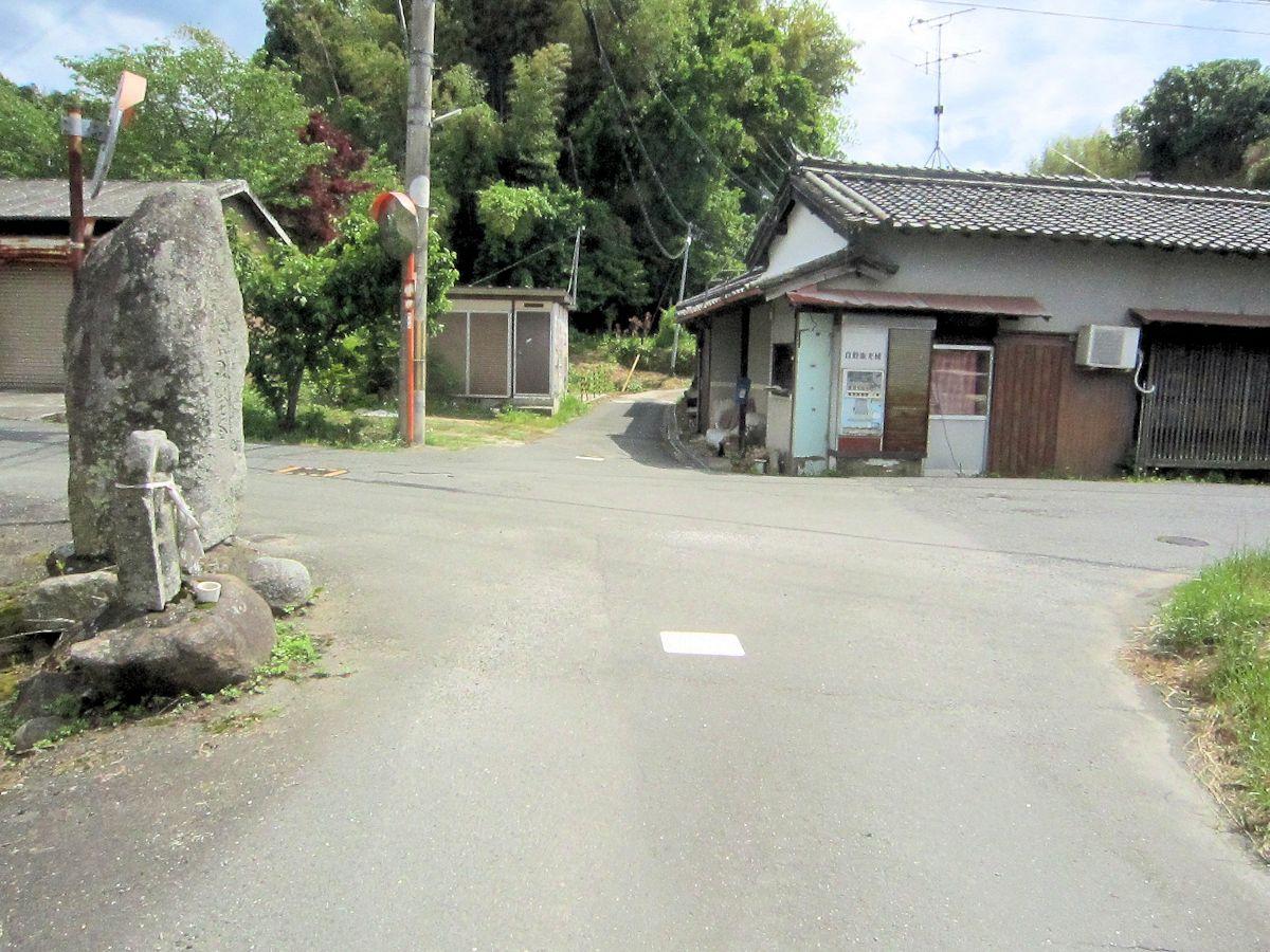 愛宕山石標と高田集落入口