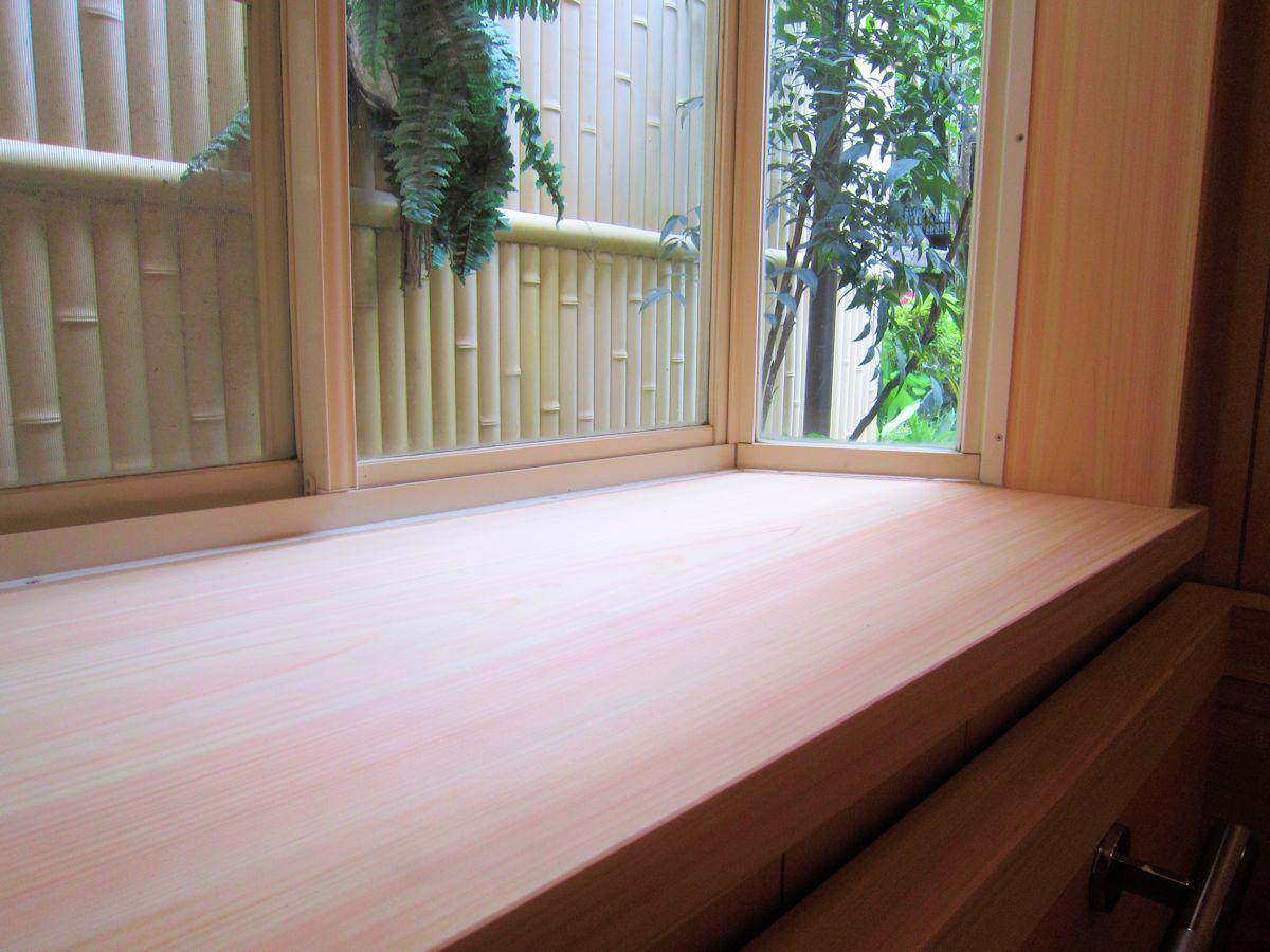 出窓の檜一枚板