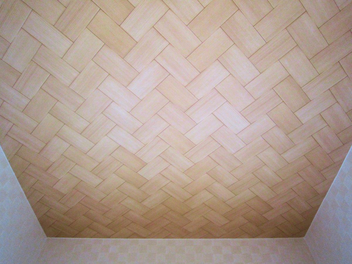 網代天井と市松紋様の壁
