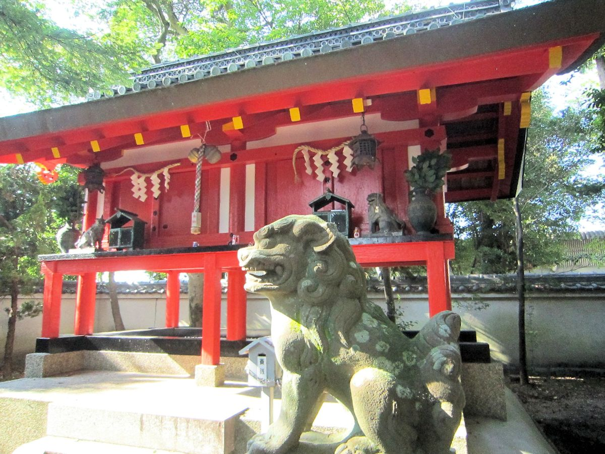 辰市神社本殿と狛犬