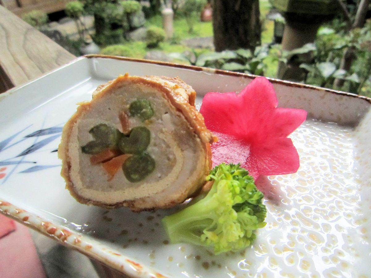 ヤマトポーク海老芋巻き、紅くるり大根の花飾り