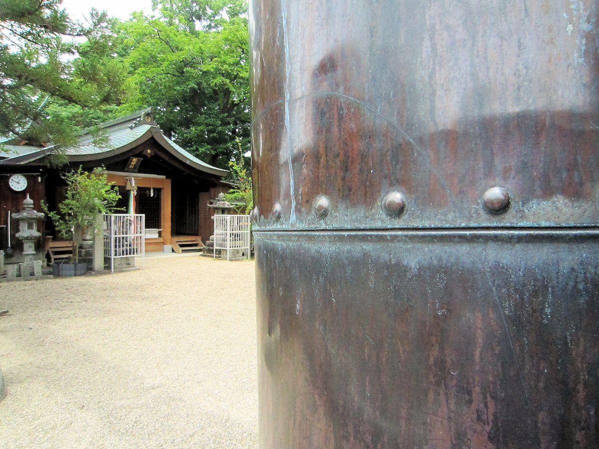 楢神社銅鳥居と拝殿