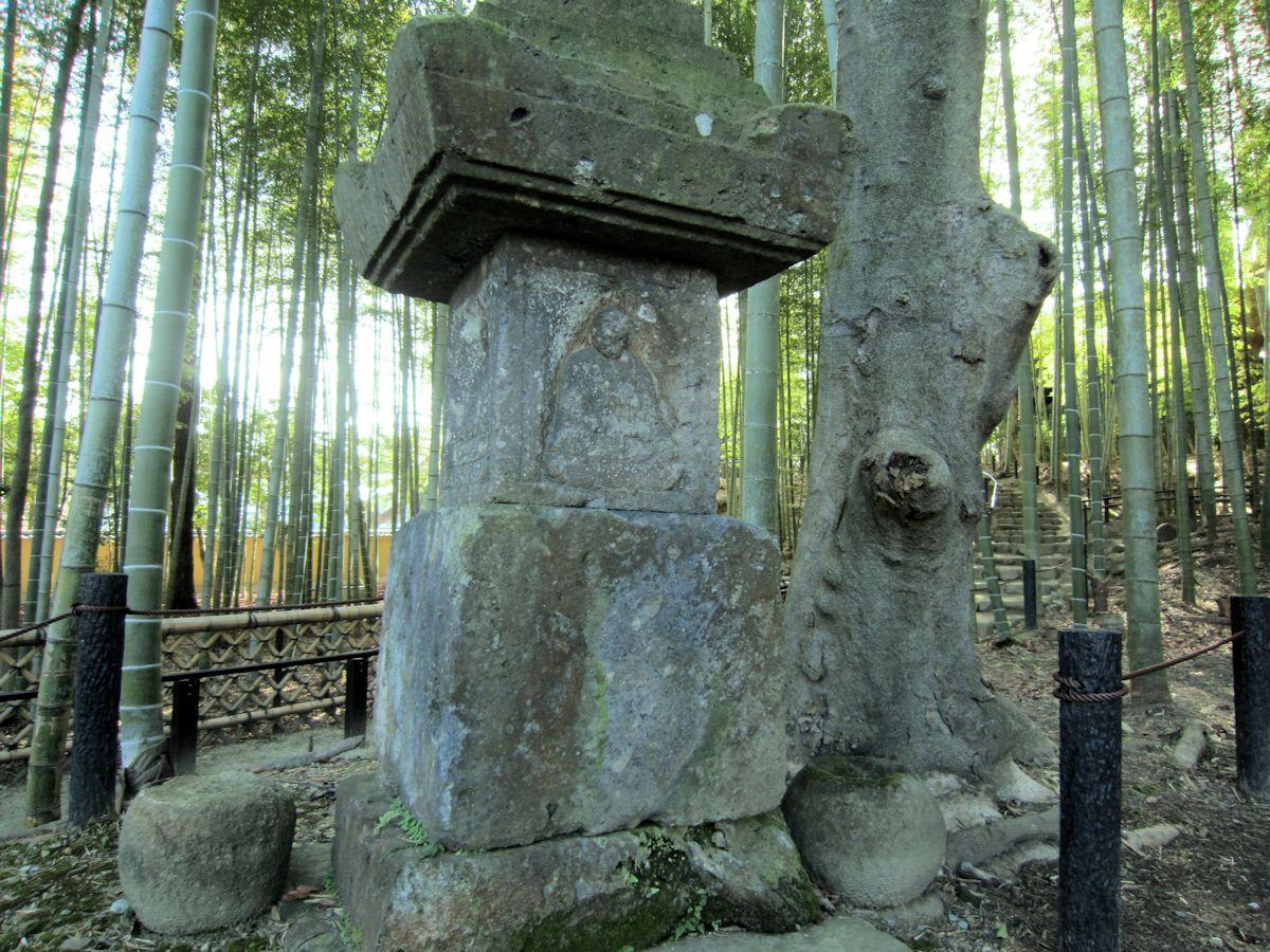 瑜伽山園地の石塔