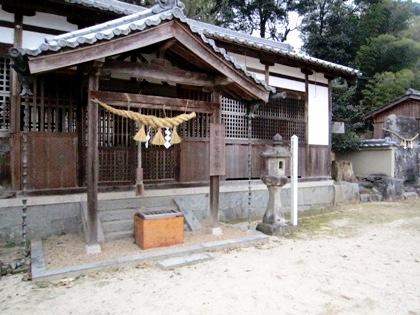 甘樫坐神社拝殿と立石