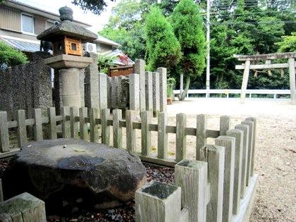 白山神社の腰掛石