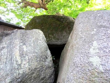 弁天社古墳石室の隙間