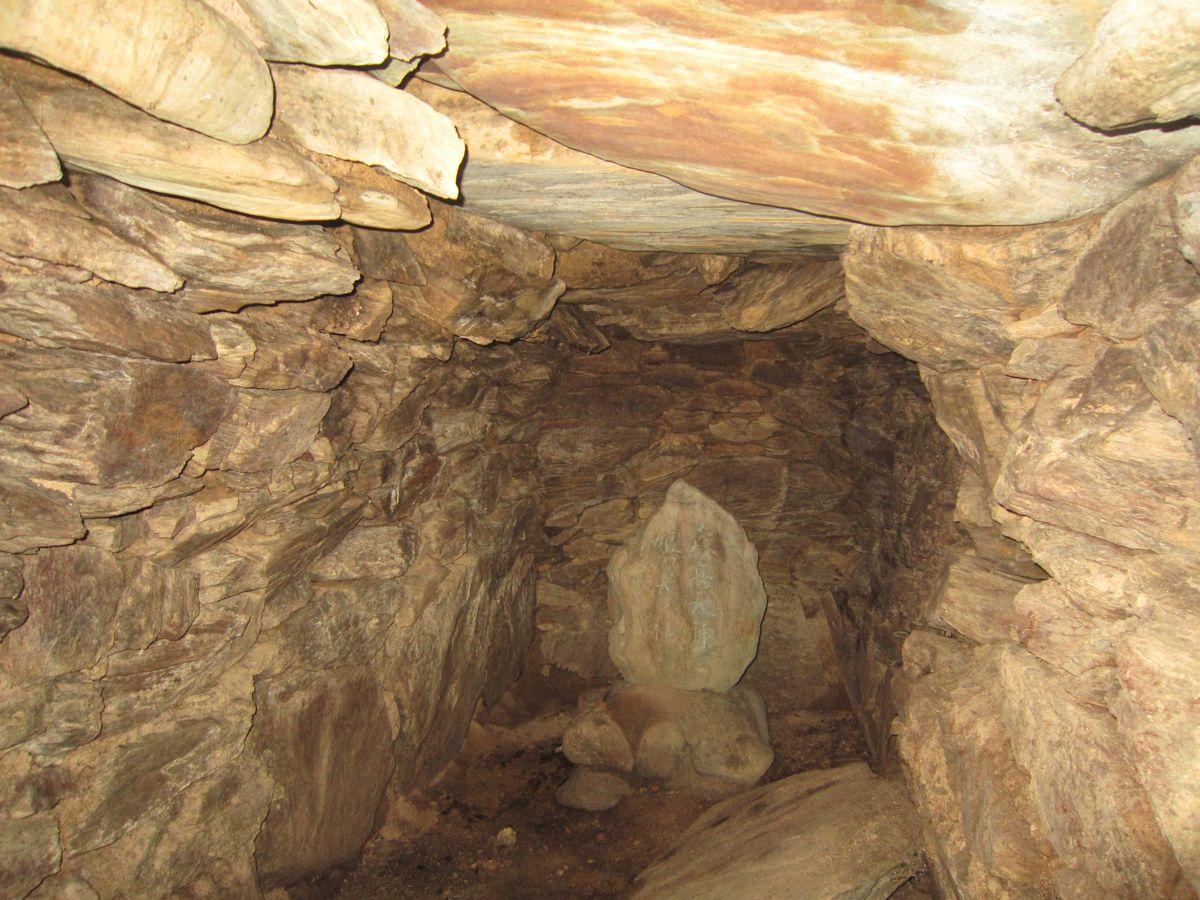 稲荷山古墳の横穴式石室