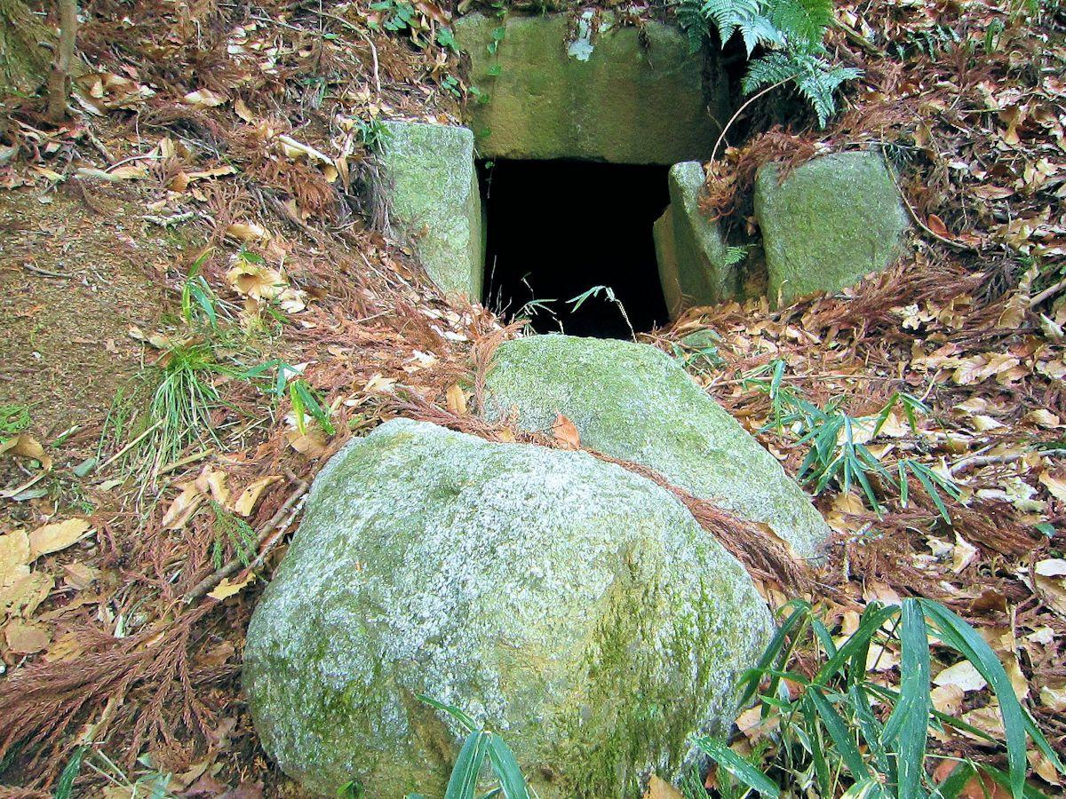 エンドウ山古墳羨道の天井石