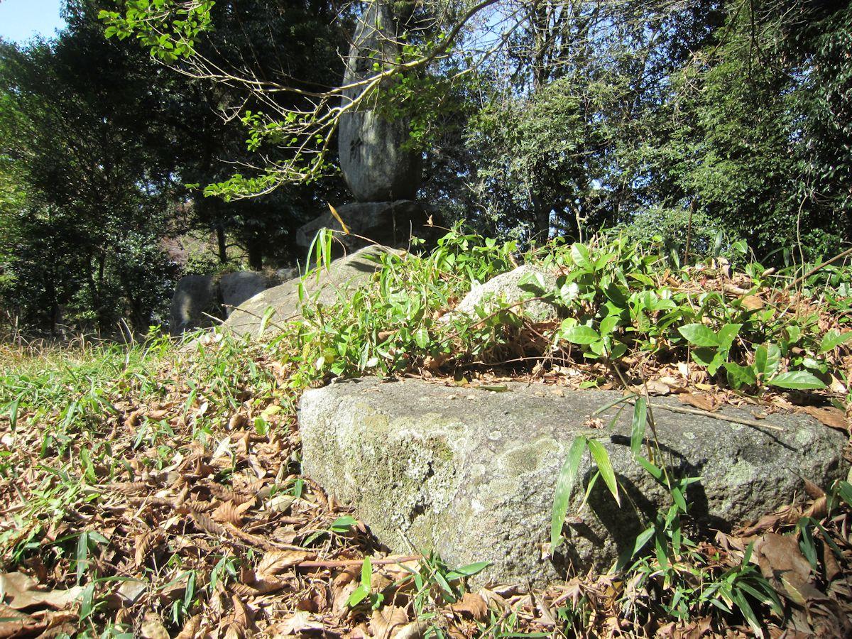 治田神社の礎石