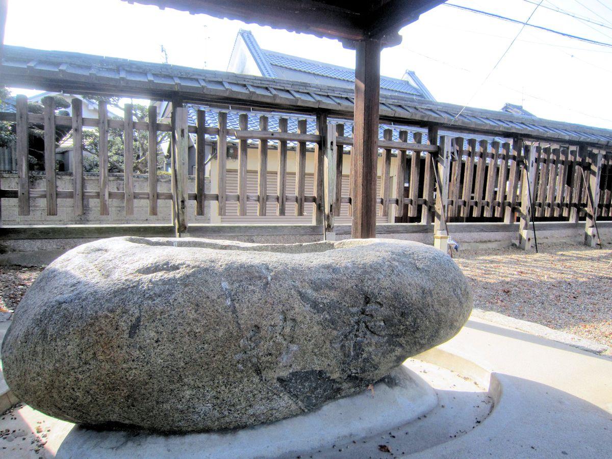 須賀神社の手水石