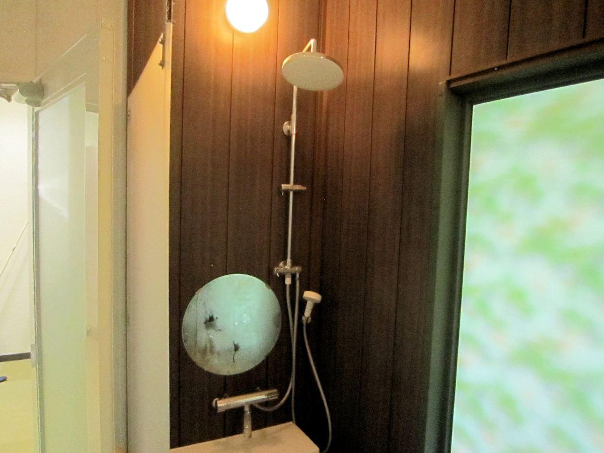 シャワー用パーティションとオーバーヘッドシャワー