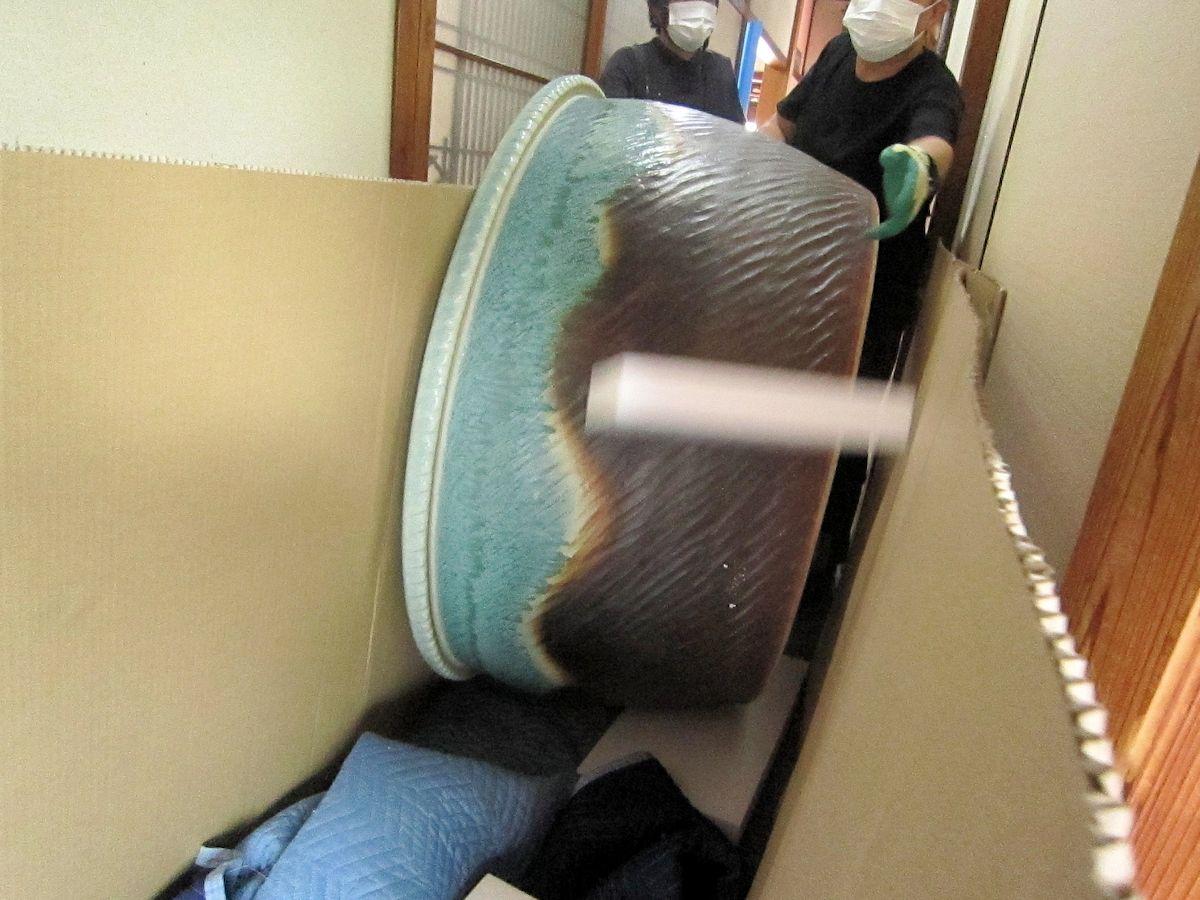 信楽焼の浴槽搬入