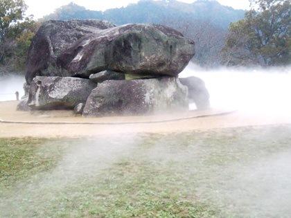 石舞台古墳の霧アート